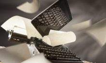 Immagine creativa pubblicitaria tablet e macchina da scrivere